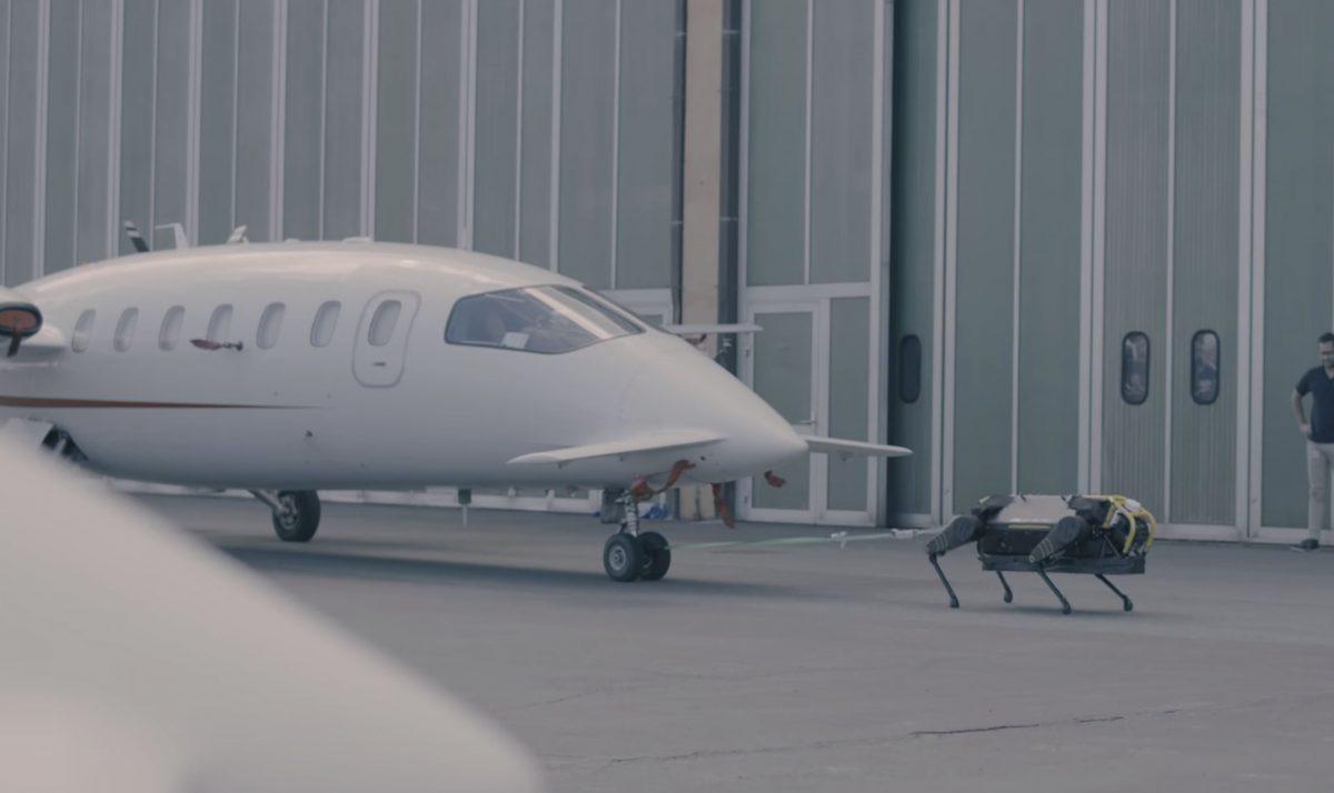 Bu robot köpek 3 tonluk uçağı tek başına çekiyor